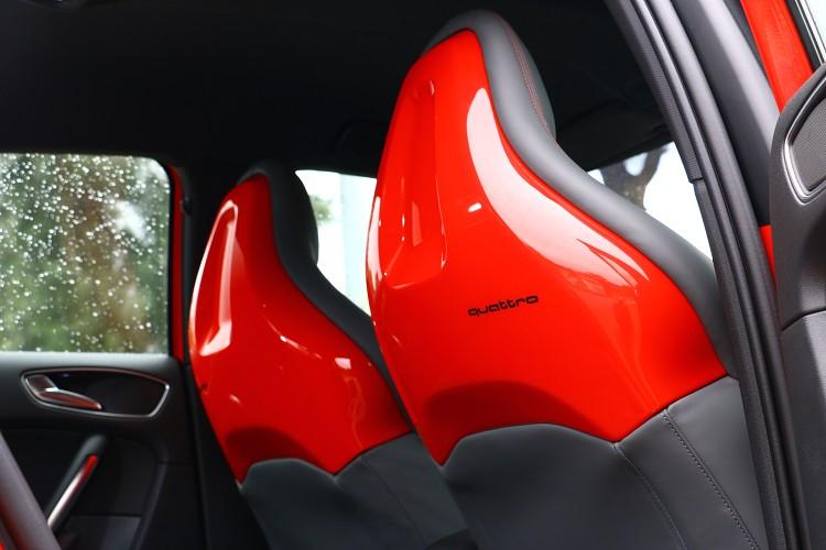 類似桶型座椅設計的鋼琴烤漆椅背,在S1上是標準配備。