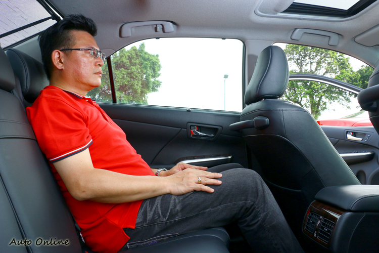 Camry Hybrid足以稱之為後座買家車,除了寬敞外還有後窗遮陽簾功能。