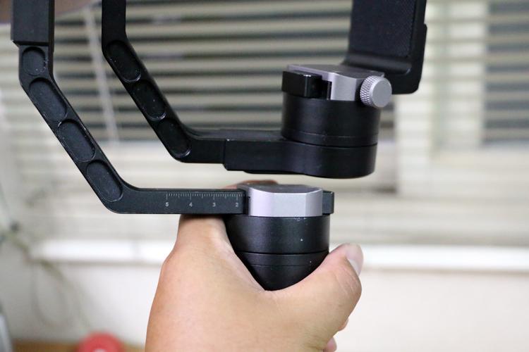 Z1 Crane在航向軸的位置加入刻度方便記錄不同相機平衡時需要的位置。