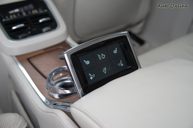 後座中央4.5吋整合螢幕可以操作座椅與杯座多項功能。