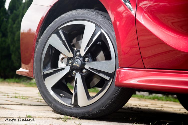所試駕的旗艦車型配18吋鋁圈搭配普利司通Turanza T001胎。
