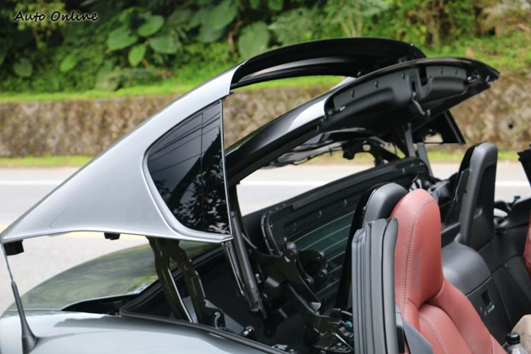 車頂收摺機構設計和911 Targa相當類似,收藏在獨立的空間不會影響行李廂機能。