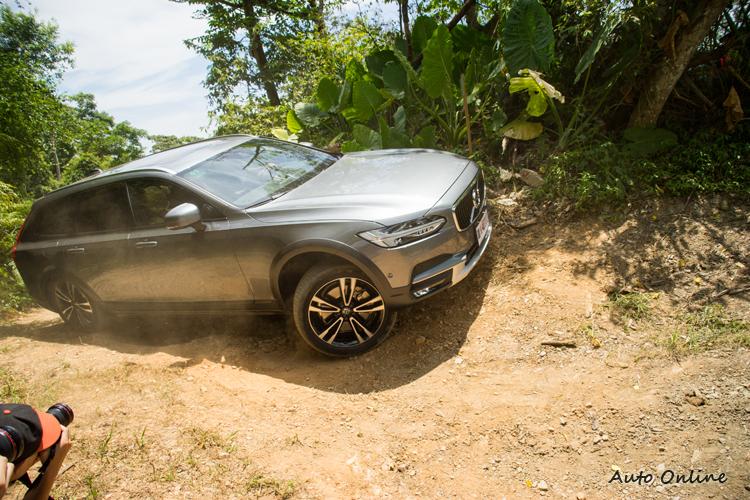 在傾斜路面上,透過四驅系統與懸吊的整合控制讓車子維持抓地力。
