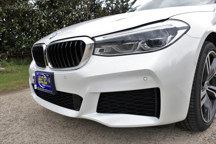 標準配備的全新造型LED頭燈,試駕車款加選了主動式轉向頭燈與遠光燈輔助系統。