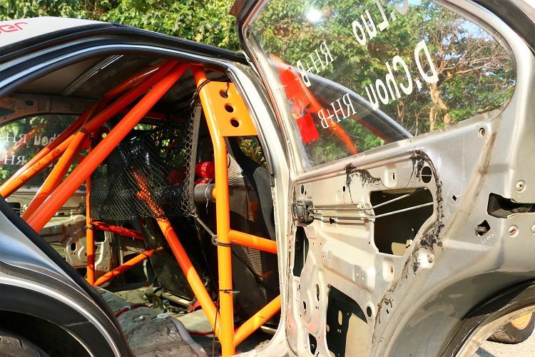 為保障車手安全,車內防滾架不可少。