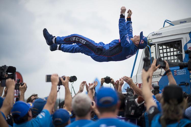 獲得貨卡組冠軍的Eduard Nikolaev在終點線慶祝勝利。
