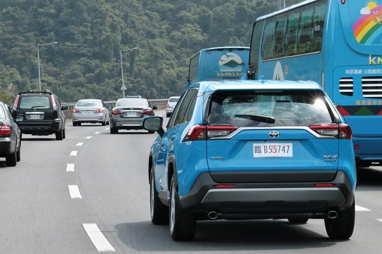 油電系統雙能源輔佐下,駕馭起來輕快有速度感,平均油耗來到21.3km/l超優異水準,可以說是呈現雙贏局面。