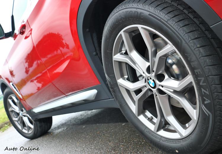 車身下緣增加黑色塑料材質飾條,避免因為路況不好而刮傷烤漆,也能增加些許的越野粗獷氛圍。
