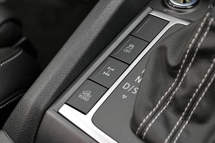 全時四輪驅動系統省去不必要的操作複雜性,要通過惡劣路況只要按下幾個按鍵就能輕鬆穿越。