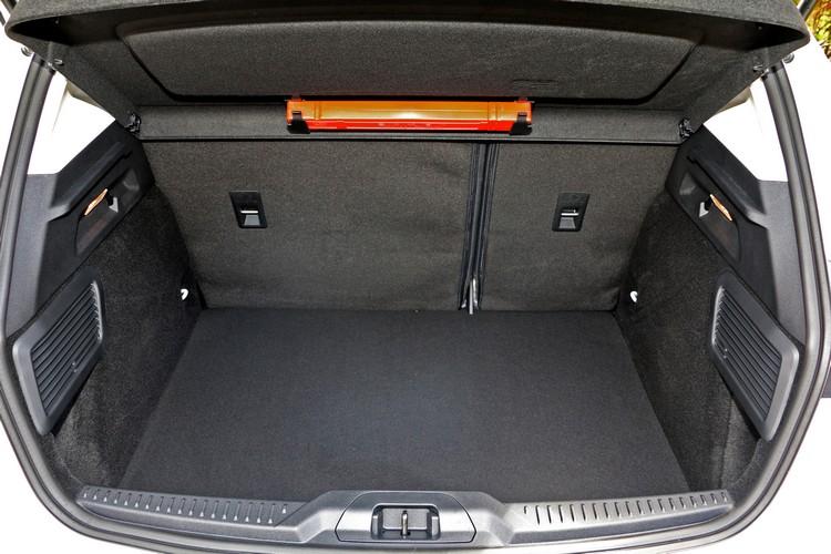 行李空間的格局方正,底部也很平整,並可搭配椅背傾倒加以擴充。