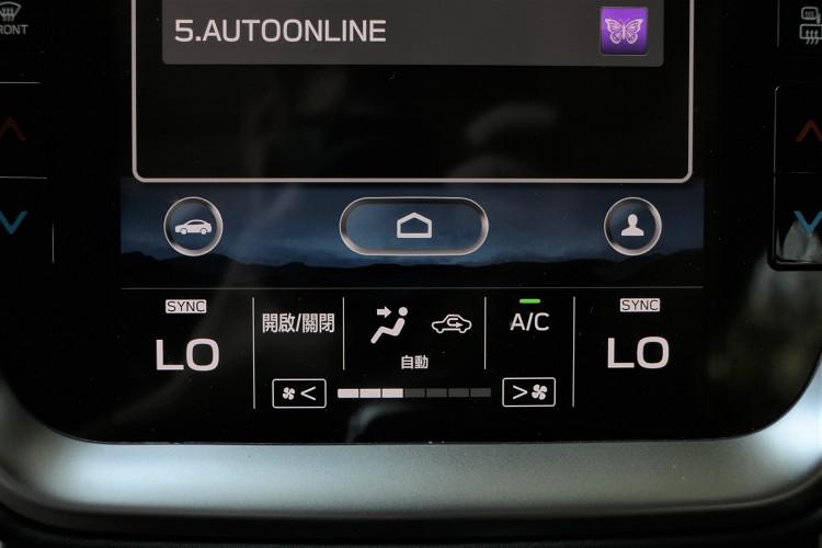 像是冷氣、音響等繁雜控制介面,精簡後只保留冷暖溫度、音量大小、上下選曲等控制按鍵,其餘則整合在觸控螢幕之內。