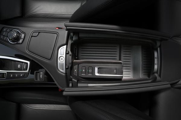 BMW的LTE Hotspot,是一個插有SIM卡、內建電池與USB插口的高速網路熱點模組。除了平常放在車上使用外,車主也可以將其拆下帶出車外。該模組中的充電電池可以讓熱點周圍的無線網路持續運作半個小時,車主可趁這過程中將熱點模組帶進家裡或辦公室並插上USB電源,將汽車到室內的無線網路環境完美無縫連結。
