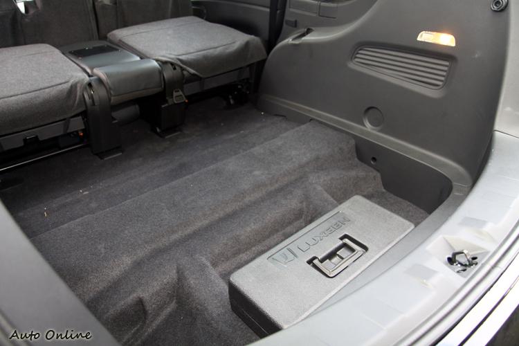 客貨牌在行李廂空間必須有一立方米的容積,所以在出廠前沒有加裝平整式底板。