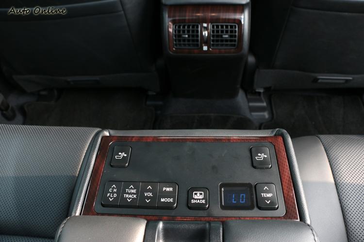 後座有獨立的冷氣空調以及電動調整座椅與音響控制開關。