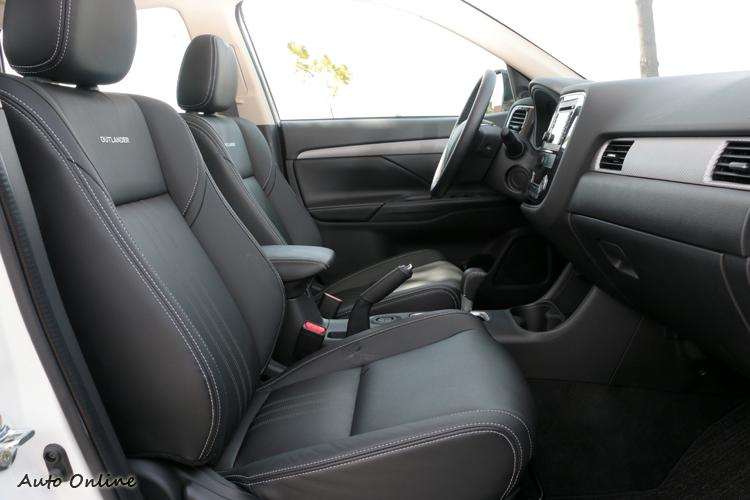 座椅部分內部填充材質換用高密度泡棉,坐起來偏硬有不錯的支撐效果。