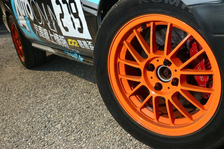 15吋7J鋁圈搭配205/50 R15半熱熔胎,制動系統換上R32四活塞卡鉗。