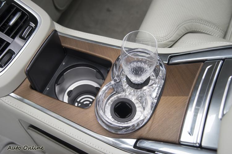 後排中央鞍座除了有保溫置杯座外還有兩個水晶杯座。