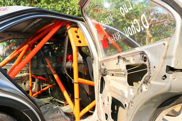 車內的防滾籠的數量與結構有一定規範,而鋼管的粗細、材質,台灣目前還未強制規定。