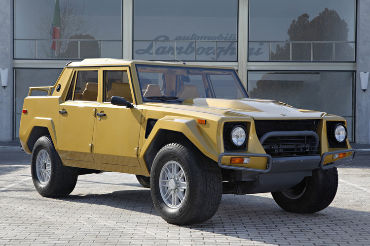 Lamborghini理論上的第一款量產SUV「LM002」早在上個世紀80年代就已經推出,設計語言同樣是以當時蠻牛旗艦Countach作為效法對象。