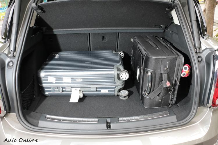 後車廂空間顯有450公升容積,椅背傾倒時更可創造高達1390公升的實用大空間。