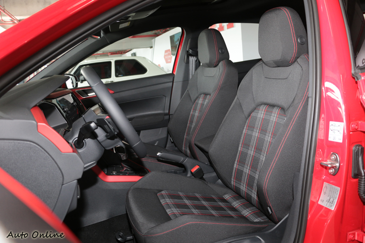 格紋織布椅同樣是GTI車系傳統,還特別加上紅色滾邊。