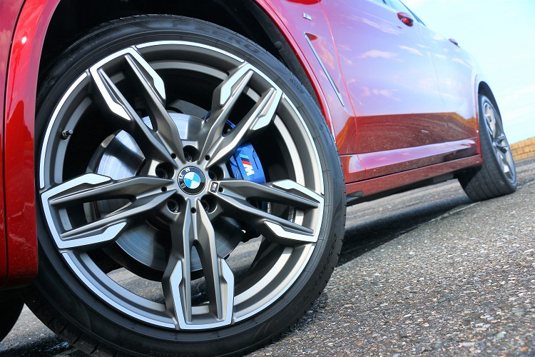 21吋M款雙輻式輪圈,內部有M款煞車套件,無一就是追求M Power的腳步。
