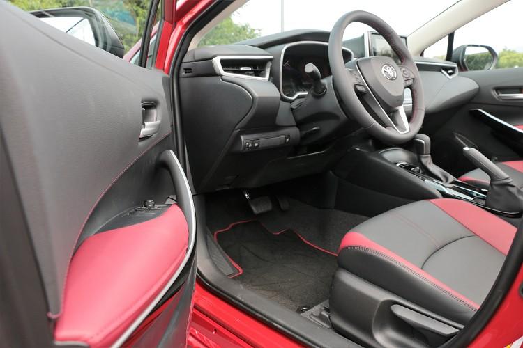 內裝基本維持原樣,GR Sport版本特別增加紅、黑配色來加強車內運動氛圍。
