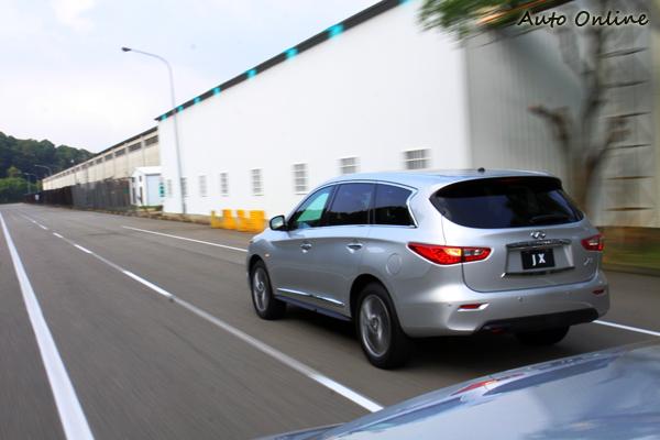 為了解決視覺盲點而釀成的可能危險,JX35車上配裝了各種偵測器隨時監看路況。