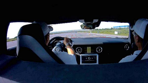 號稱汽車媒體界最資淺的本社新進員工Austen(左),雖有無數激駕軍用採買車經驗,面對SLS AMG超跑難掩興奮之情,過SLS AMG戶限不覺屐齒之折。
