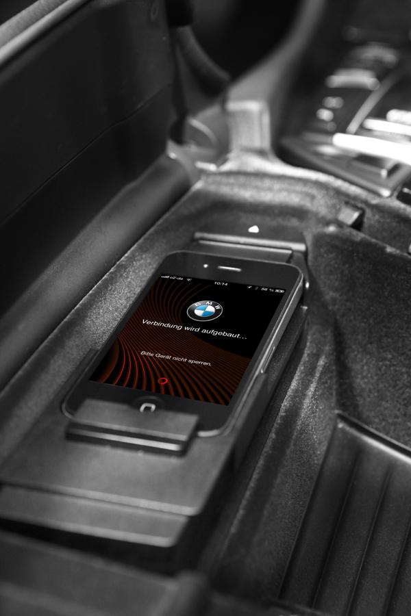 手機的車充座怎已不是什麼值得訝異的配備。但是如果手機裝到座充上後,螢幕中的資訊會同步顯示在車內資訊娛樂系統的螢幕上時,這可就方便許多了。