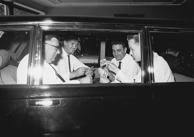 1963年的法蘭克福國際車展中Mercedes-Benz 600(W100)首次亮相,吸引了大批民眾與媒體競相爭睹蔚為奇觀,如照片所示,這是車廠所發明的一種簡單的方式來展現乘坐空間的寬敞程度。