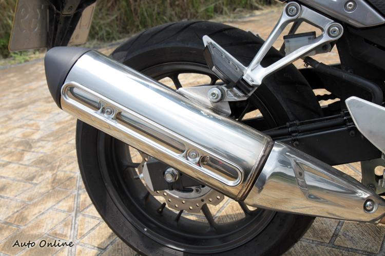 為台灣法規而增設的防燙框,說實在挺醜的。後座腳踏也有橡膠墊。