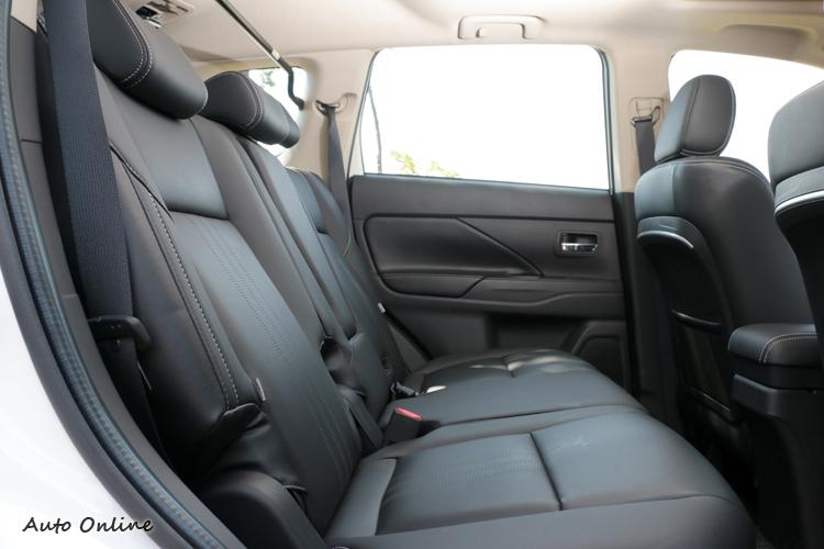 後座椅能有前後移動調整,椅背也能調整,有相當充裕的頭部空間。