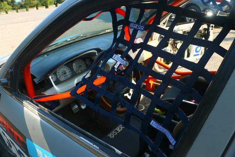 賽車安全網可防止翻滾時不自覺手拋出窗外發生危險。