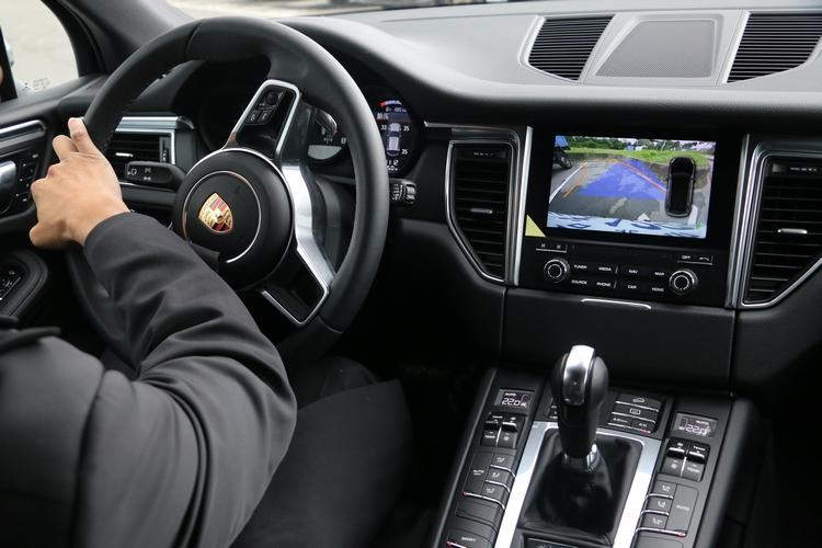 針對台灣地小車多的用車環境,特別提供停車測距輔助系統與後視攝影機,避免視覺死角可能產生的安全疑慮。