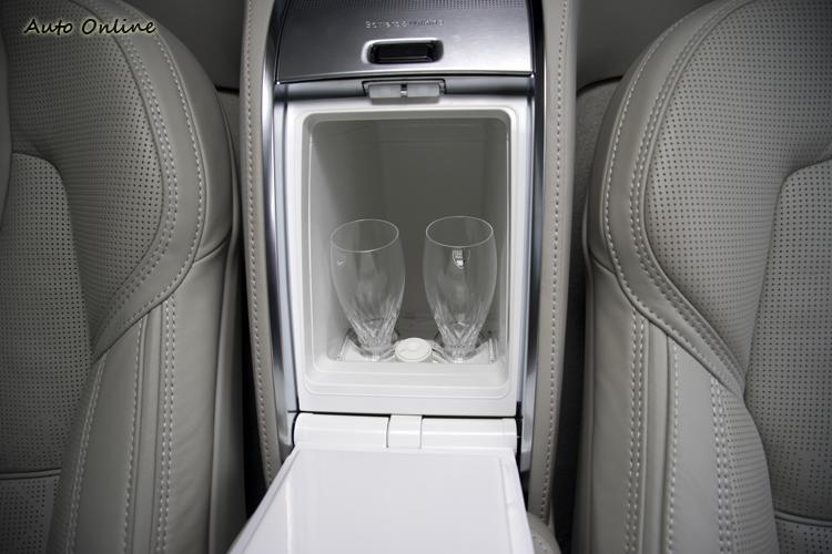 後座中央的小冰箱也是專為冷藏水晶杯所設。