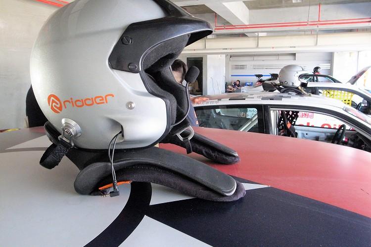 車手裝備部分,有FIA認證的安全帽與HANS是最基本的。