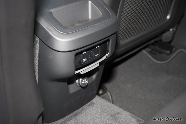 後座有120V電源插座,方便使用一般電子產品。