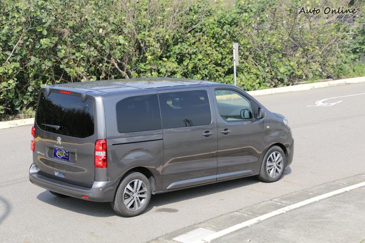 Traveller同樣是以方正的車身達成空間最大化的目的。