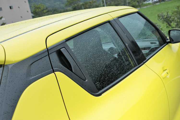 車側線條低扁有著唯美流線感,結合隱藏式後門把手遠看有點像雙門跑車。