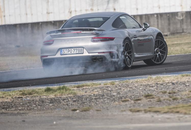 911 Turbo S的加速與制動性能都屬頂尖,同時兼顧了賽道與日常使用的耐用性。