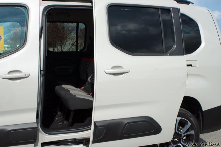 左右後車門為手動滑軌設計。