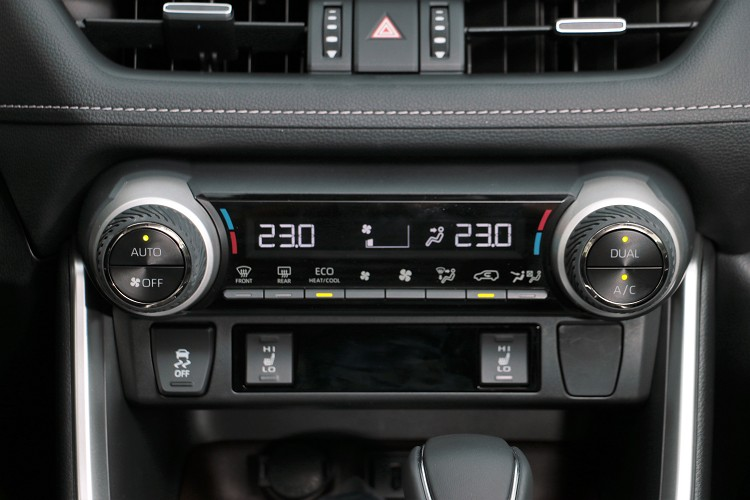 中控台上面按鍵布局簡化,幾個主要按鍵放大且有人性化操控觸感。