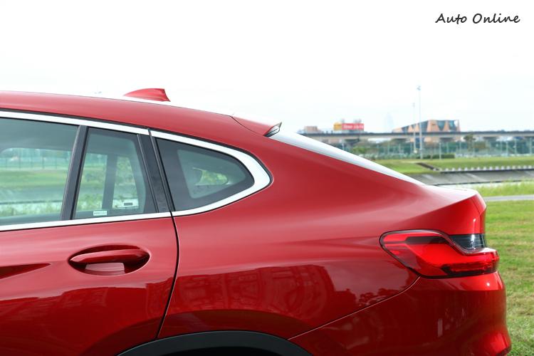 SUV最美的線條就是車身後半部,車頂線條與尾廂結合在一起,是別種車型無法辦到的。