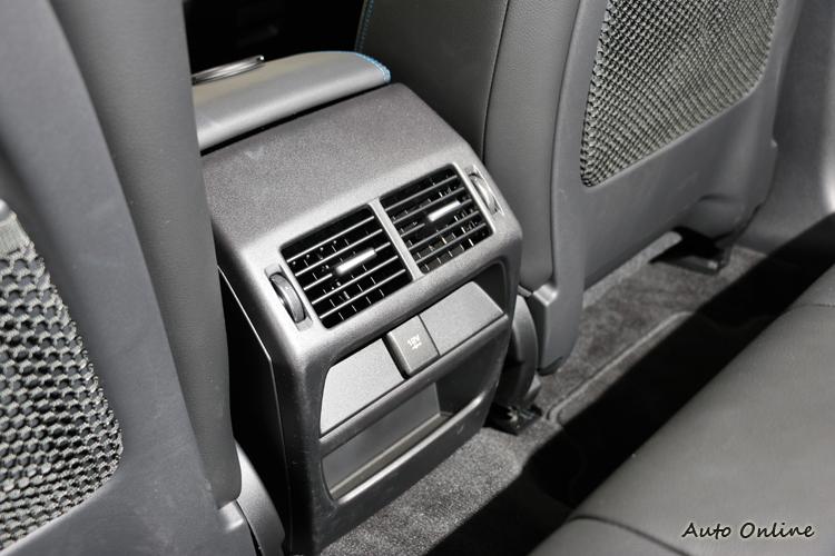 後座出風口大大增加後座舒適感,下方有12V電源插孔需自行添購手機充電設備。