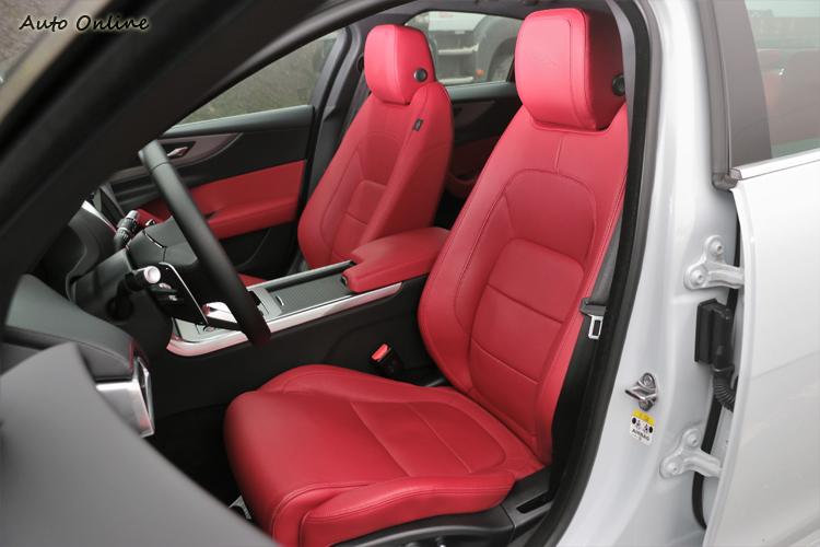 火紅的跑車化座椅,打開車門就能感受到濃濃跑格味道。