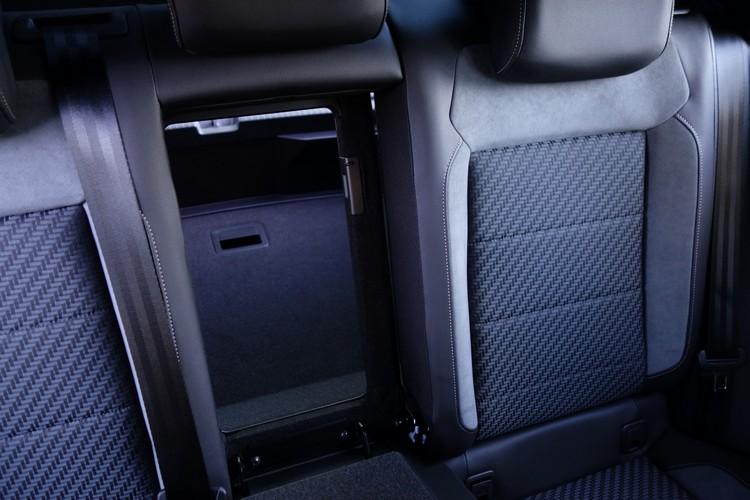 除了椅背可折疊平放,扶手後方還有可以輕鬆取物的貼心設計。