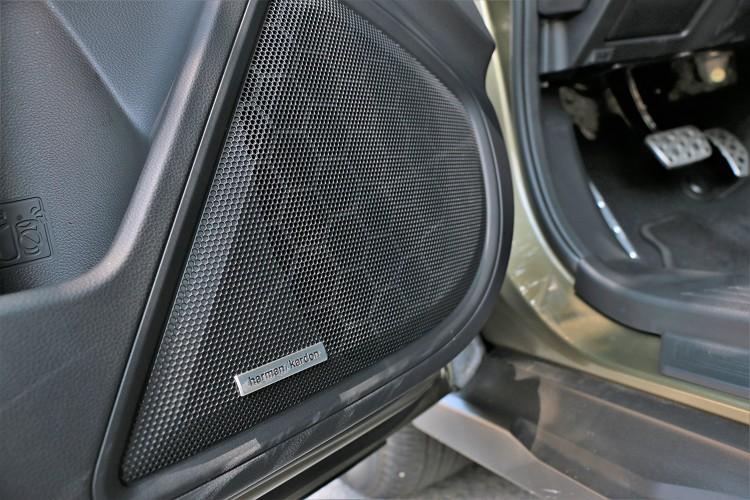 標配Harman Kardon鑽石級音響,以11支環艙加1支重低音,組成12支揚聲器立體環繞。