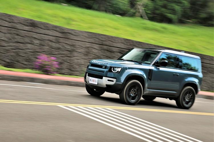 Defender 90實際上路踩下油門瞬間,就能感受到柴油引擎的輕快,對於大型休旅車真的要搭配上柴油才對味。