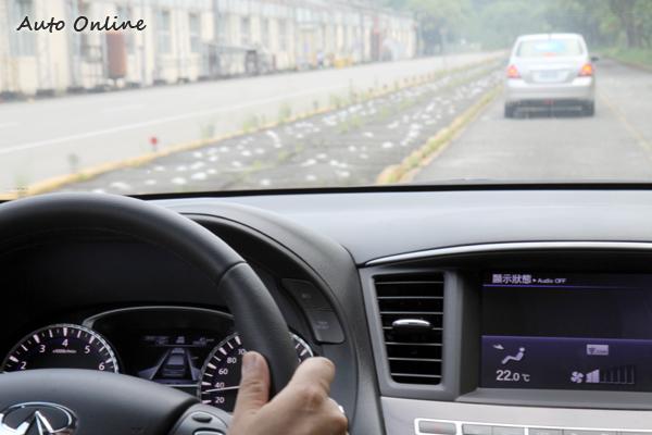 儀錶板內的小螢幕則以3D汽車造型顯示目前狀態,以及ICC的距離設定。